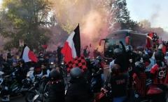 CHOÁNG! Đánh bại Inter, CĐV Milan ăn mừng như vừa giành Scudetto